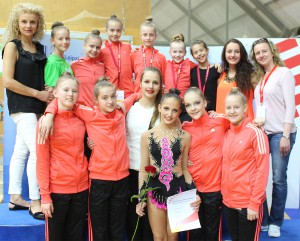 jenny-titov-mit-trainerinnen-und-gymnastinnen-dm-rsg-2015